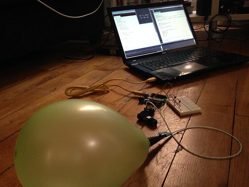 L'installation présente la pompe, l'électro-vanne, un cathéter qui achemine l'air, et une pièce 3D qui maintient le ballon dans le socle